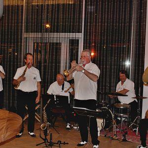 http://www.moderntimeshotel.com/application/files/thumbnails/thumb_list_2x/9714/8974/8307/Vufflens-Jazz-Band.jpg